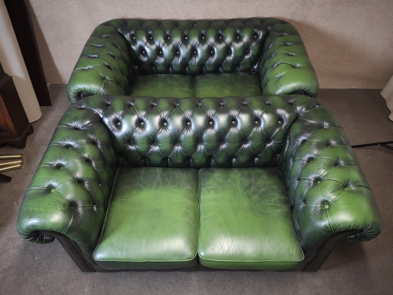Pair of green leather Chesterfield sofas画像