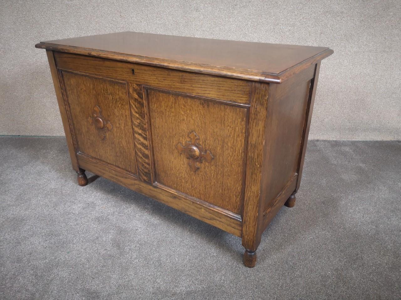 Carved oak blanket box画像