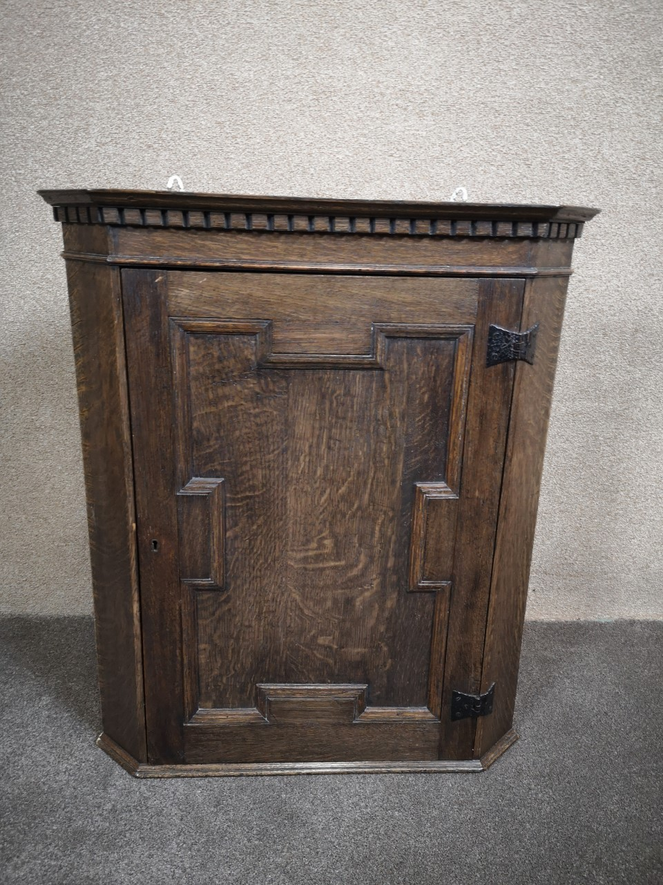 Oak corner cupboard画像