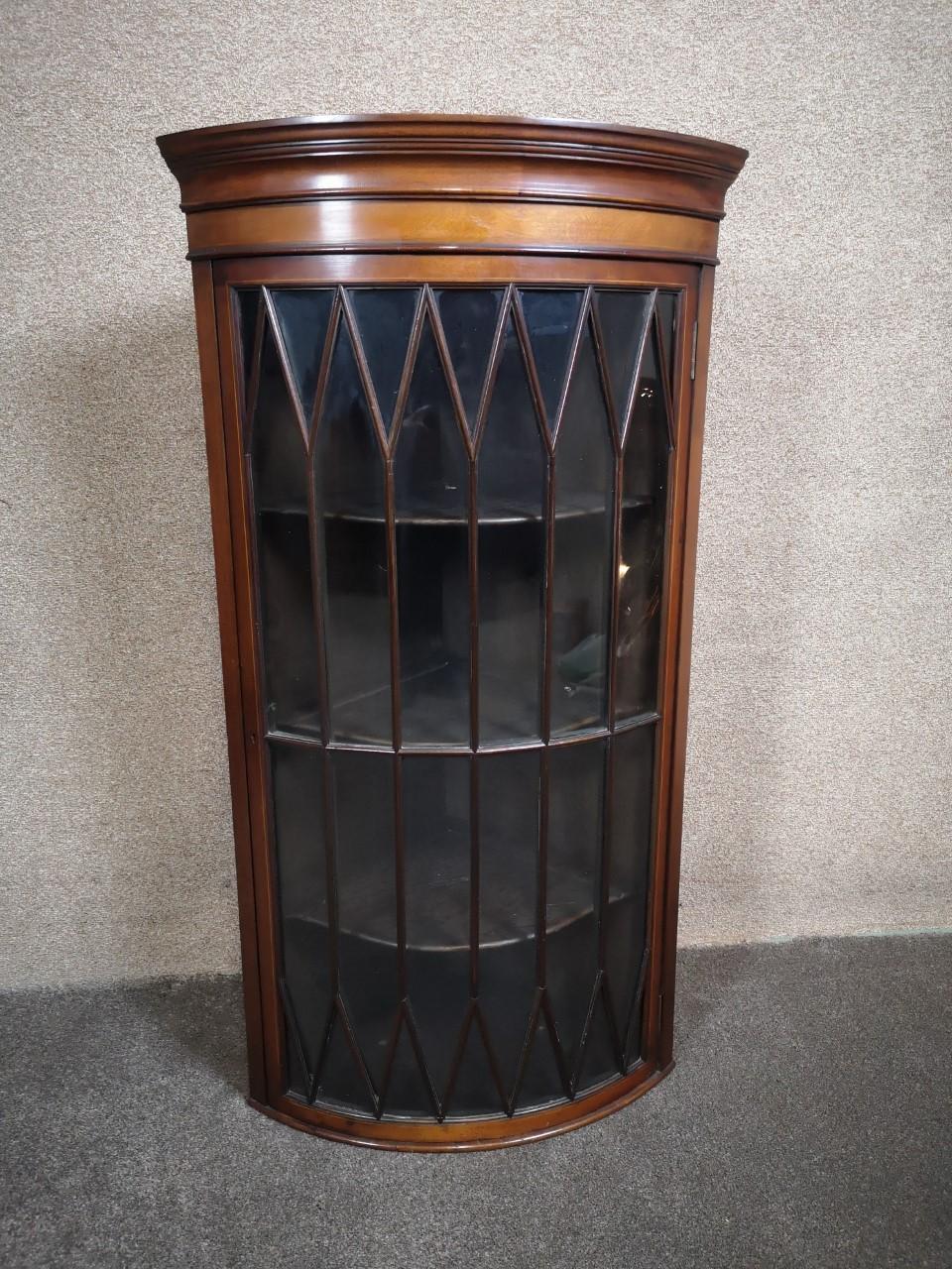 Mahogany corner cabinet画像