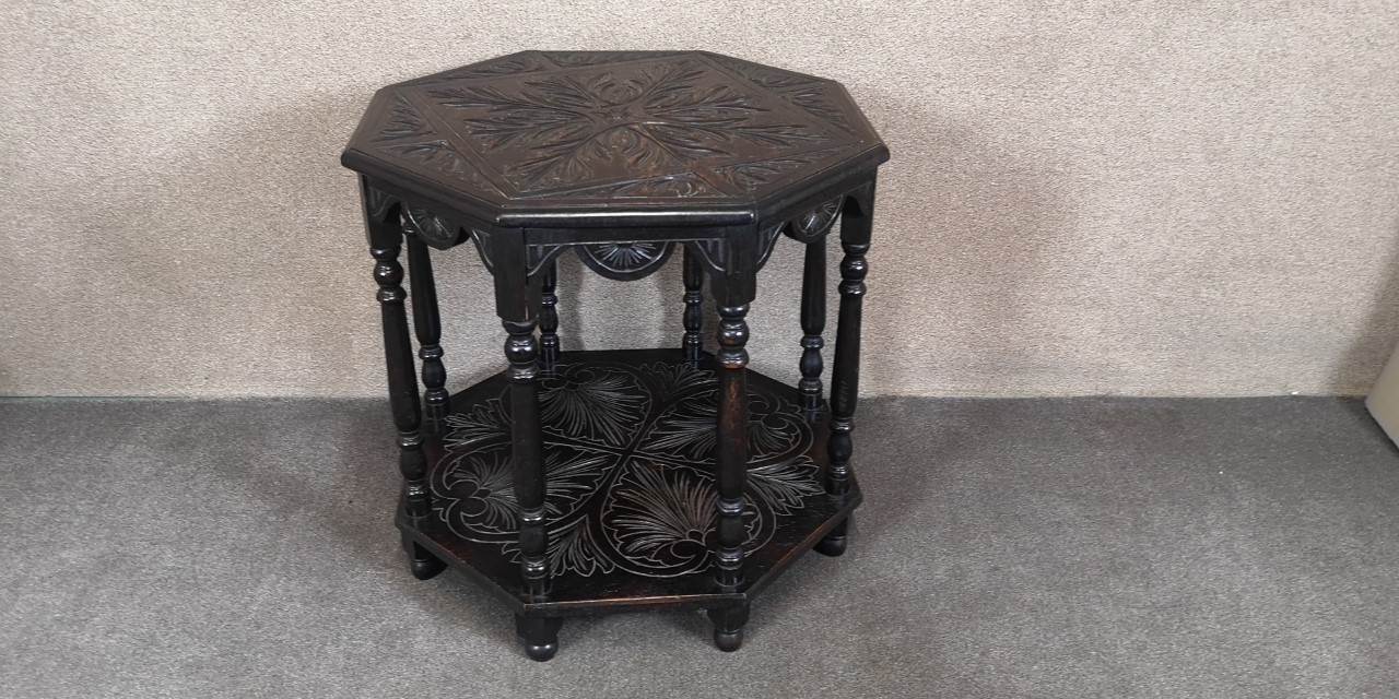 Carved oak centre table画像