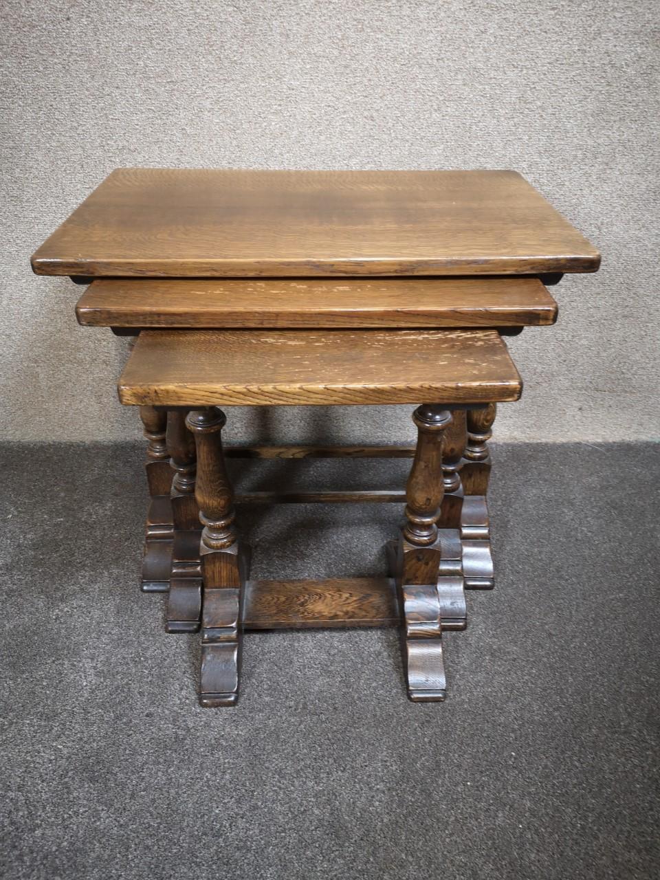 Oak nest of tables画像