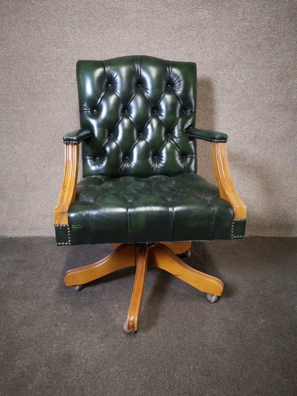 Green Chesterfield office chair画像