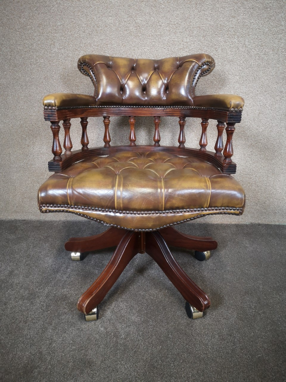 Brown leather Chesterfield office chair画像