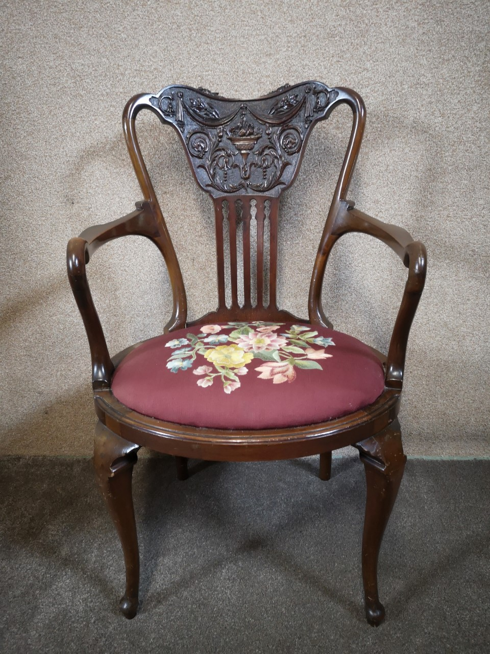 Carved walnut armchair画像