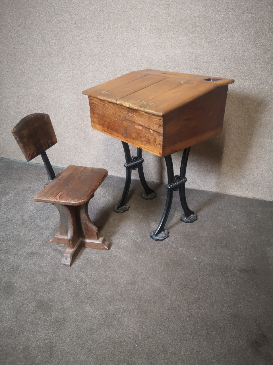 School desk and chair画像