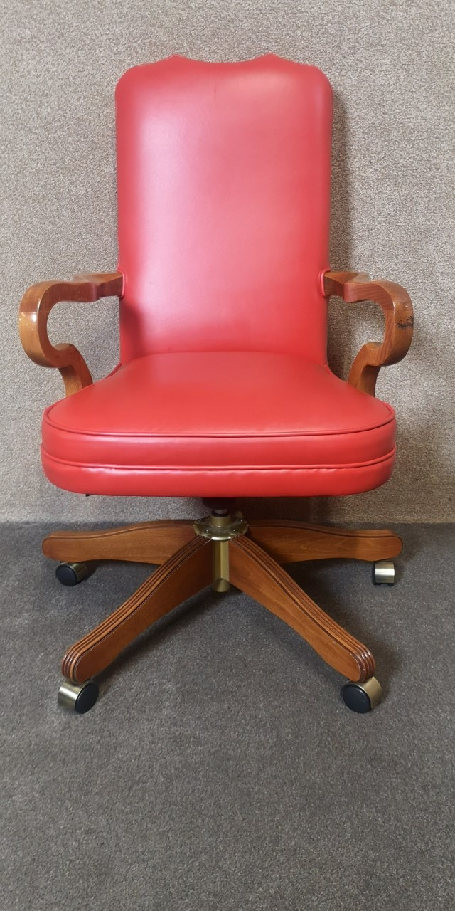 Walnut and red leather chair画像