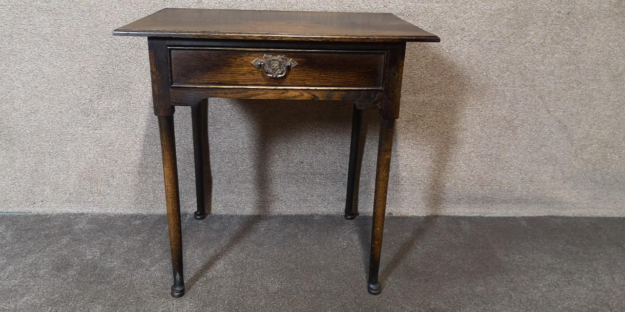 Solid oak side table画像