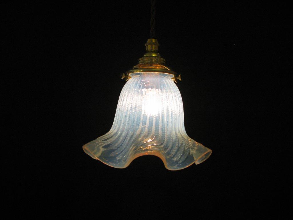 オパールセントガラスシェード ペンダントランプの画像
