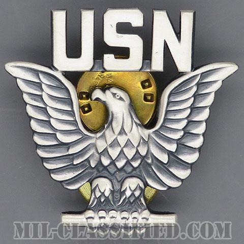 アメリカ海軍制帽用帽章 (下士官E1-E6用)(Navy Service Cap Device, Enlisted)[カラー/1970s/燻し銀(銀張り・Silver Filled)/バッジ]の画像