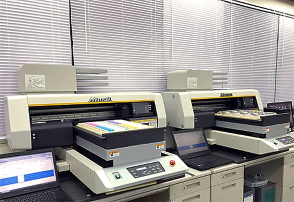 印刷機と弊社スタッフにて丁寧に名入れを施します