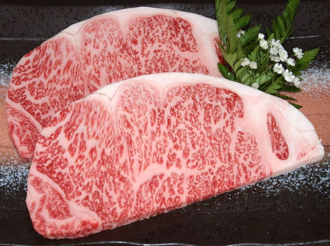 サーロインステーキは米沢牛!見た目も豪華なタップリの霜降り画像