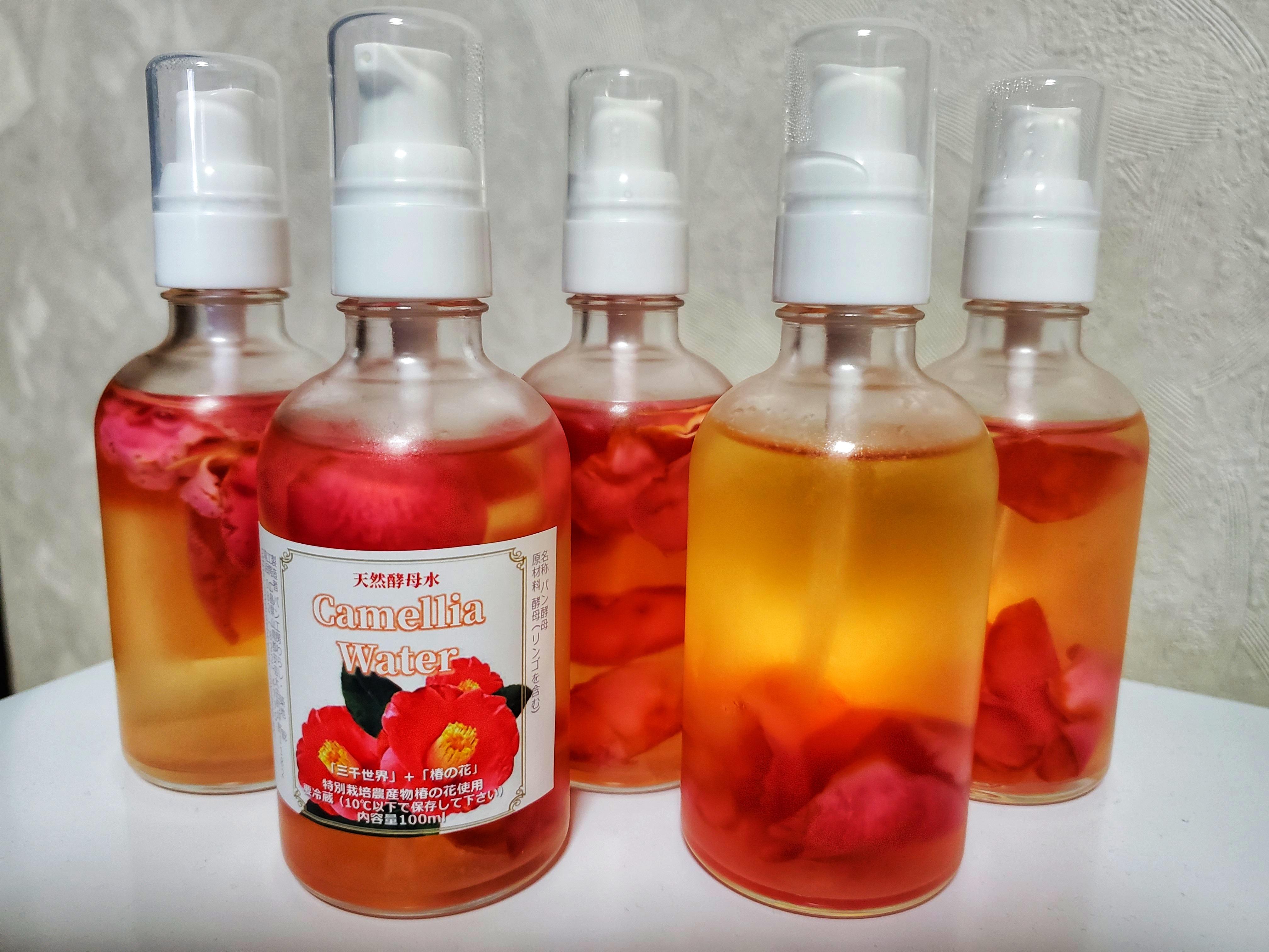 椿の花入り・天然酵母水カメリアウォター 100ml入り 13種類の植物+椿の花画像