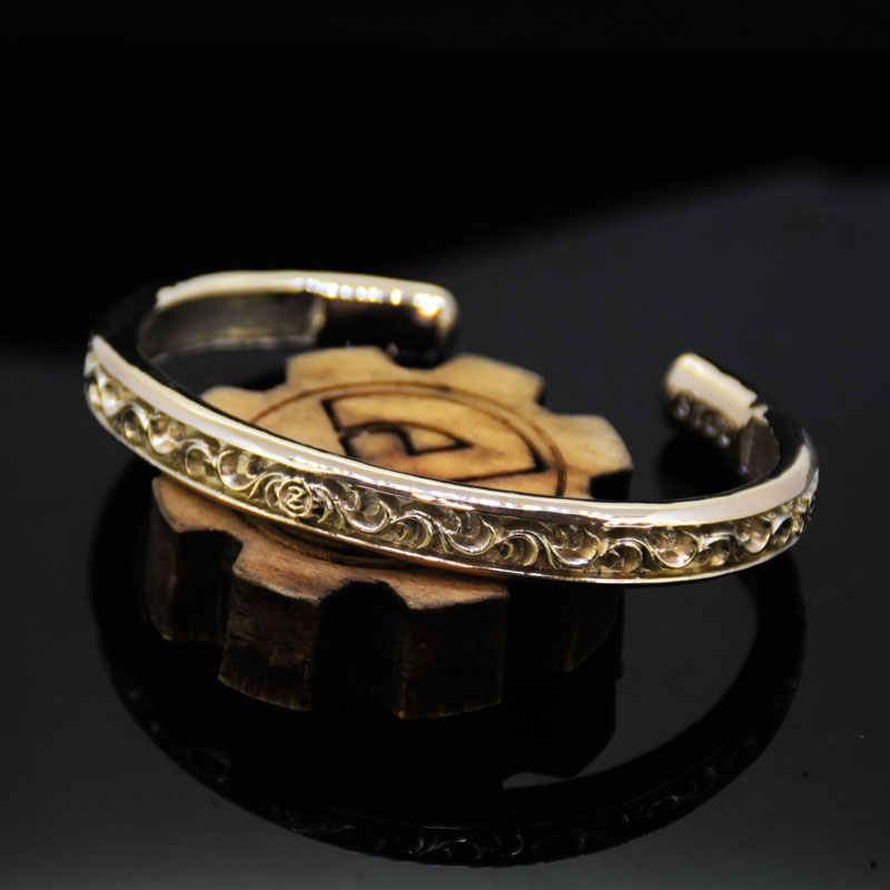 K10 Arabesque Carved Scrolls O Ring Bangle -Wide-の画像